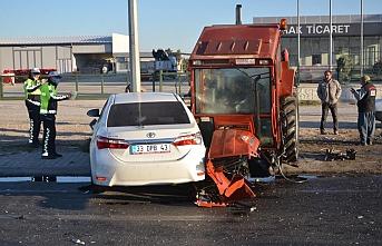 Kavşakta Tırın ve Otomobilin Çarptığı Traktör...