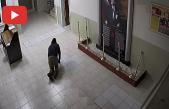 Okula Giren Hırsız, Dışarıdan Görünmemek İçin Emekleyerek Üst Kata Çıktı