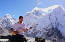 Karamanlı Genç Kala Patthar Zirvesinde Saz Çalıp Türkü Söyledi