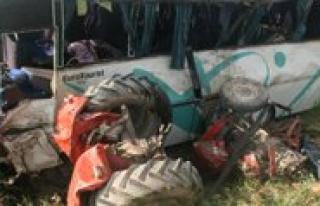 Servis Midibüsü Traktörle Çarpisti: 2 Ölü, 19...