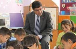 Köy Okullarini Gezdiler