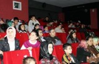 Çocuklar ve Yaslilar Çanakkale 1915 Filmini Izledi