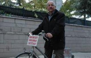 Reklamini Bisikletiyle Yapiyor