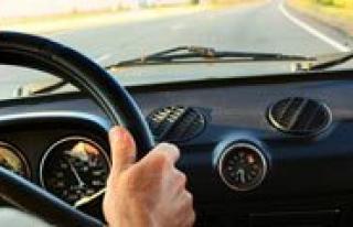 Araba Sürerken Müzik Dinleyenler Dikkat!