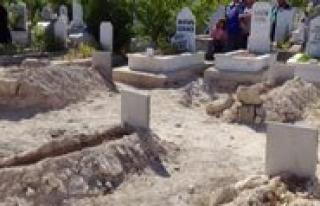 Mezarlarina Bayram Sekeri Birakildi