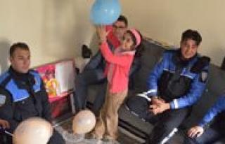 Polisler Küçük Gülsüm`ü Dogum Günü Kutlamasina...