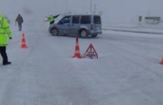 Trafik Ekipleri Kar Yagisi Nedeniyle Sürücüleri...