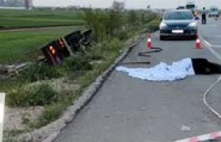 Kavak Yüklü Kamyon Traktöre Çarpti: 1 Ölü, 3...