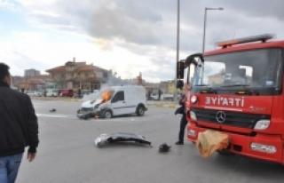 Kaza Sonrası Alev Alan Araç İtfaiye Tarafından...