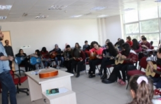 Gençlik Merkezinin Gitar Eğitimleri Yoğun İlgi...