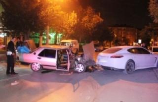 Otomobil Park Halindeki Lüks Araca Çarptı: 2 Yaralı