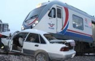 Yolcu Treni Otomobile Çarpti: 1 Ölü