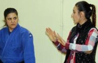 Isitme Engelli 42 Yasindaki Kadin Judocu Basaridan...