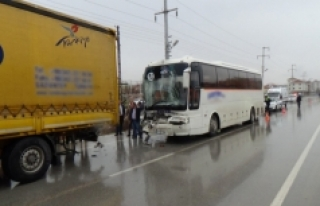 İşçi Taşıyan Otobüs Tır'a Arkadan Çarptı:...