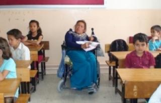 Engelli Kadın İlkokul Öğrencileriyle Okumayı...