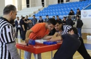 Karaman'da Gençler Bilek Güreşinde Gücünü...