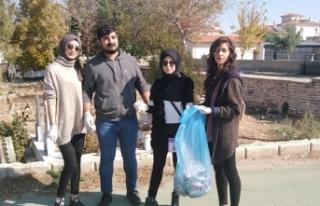 Bir Saatte 11 Poşet Çöp Topladılar