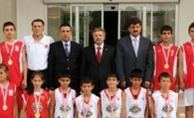 Sampiyon Basketbolcular Vali Kahraman Tarafindan Ödüllendirildi