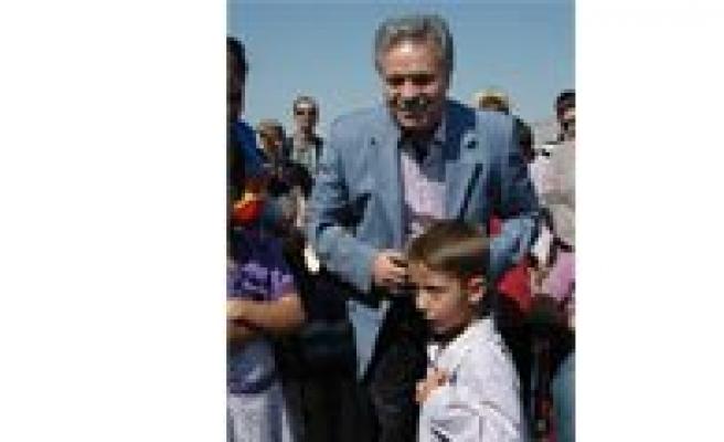 Küçük Mustafa Vali Kahraman'in Rozetini Aldi