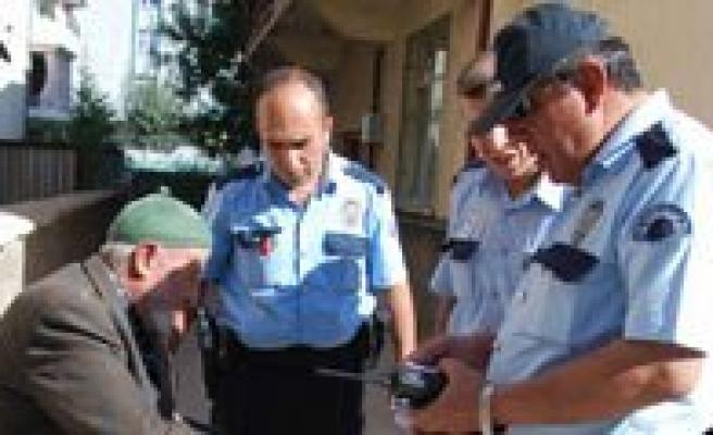 Yolda Buldugu Para Ve Altin Bulunan Cüzdani Polise Teslim Etti