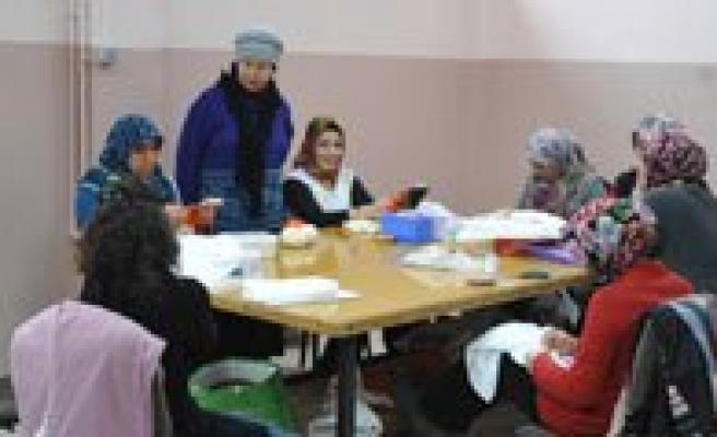 Bayan Ugurlu, Kurdele Nakisi Kursu Ögrencilerini Ziyaret Etti