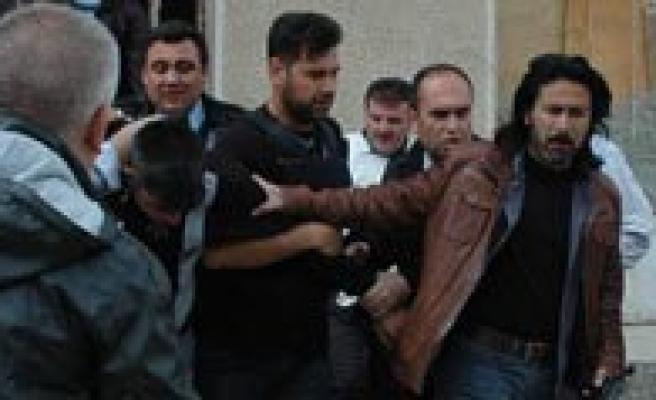 Adliye Önünde Silahli Saldiri: 1 Polis Sehit, 2 Yarali
