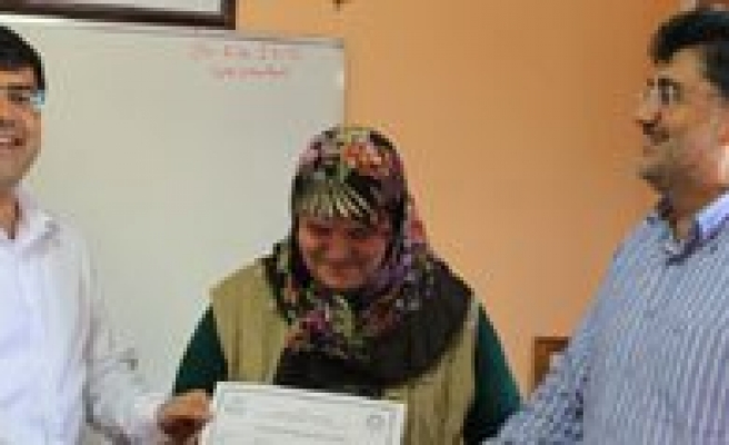 Kur'an Kurslarinda Okuma Yazma Bilmeyenlere Kurs Verilmeye Baslandi