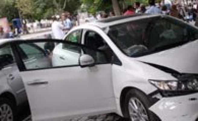 Kontrolden Çikan Otomobil Isyerine Girdi: 6 Yarali