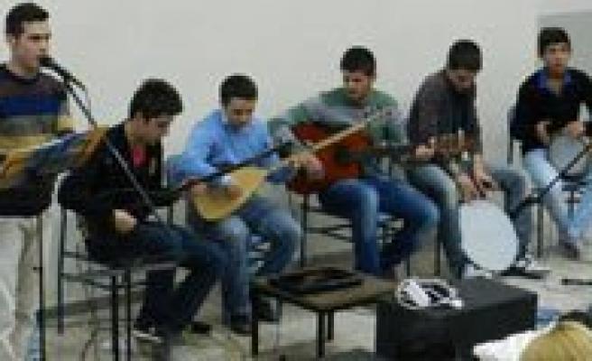 Gençlik Merkezi Müzik Grubundan Üniversite Ögrencilerine Eglence