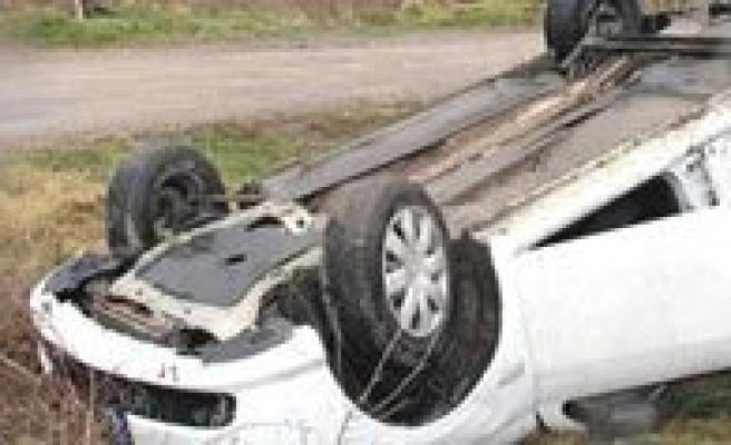 Otomobil Takla Atti. 4 Kisi Yaralandi