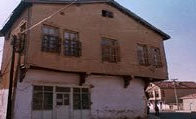 Belediye Sürüncemeye Birakinca, Tarihi Ev Kar'a Teslim Oldu