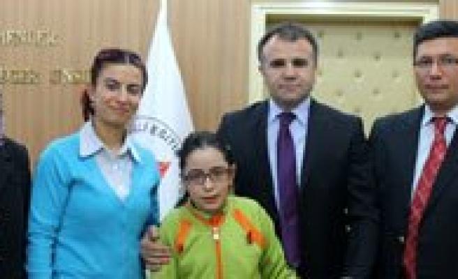 Sampiyon Yüzücü Neslihan Kiliçoglu, Sultanoglu'nu Ziyaret Etti