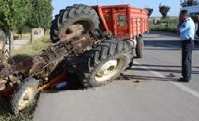 Otomobil Ile Çarpisan Traktör Devrildi: 1 Ölü, 3 Yarali