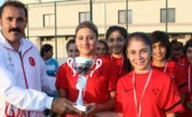 Kisacik, Gazi Çaliskan Bayan Futbol Turnuvasi Ödül Törenine Katildi