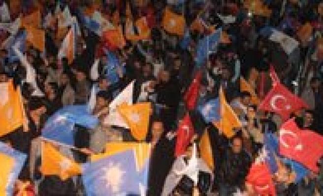AK Parti`nin Tek Basina Iktidari Karaman'da Partilileri Sokaga Döktü