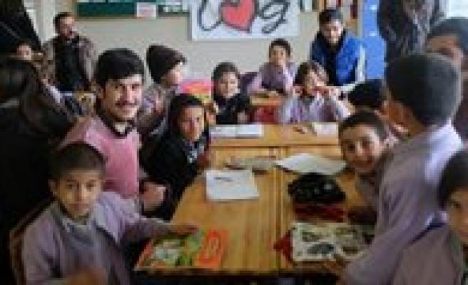 KMÜ Ögrencilerinden Köy Okuluna Kütüphane Yardimi