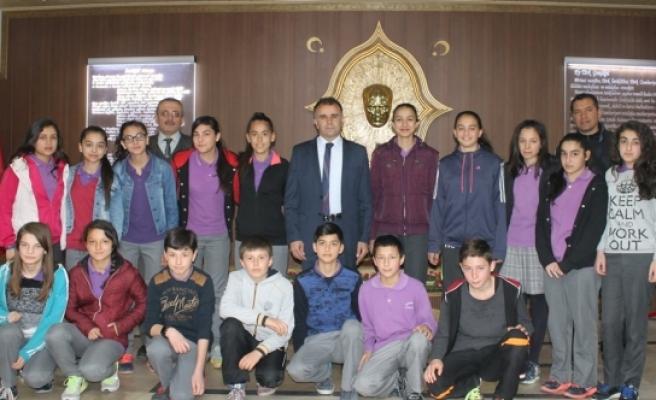 İstiklal Ortaokulu Sporcuları Sultanoğlu'nu Ziyaret Etti