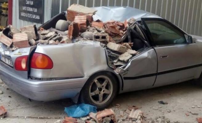 Şiddetli Rüzgârda Yıkılan Baca, Otomobilin Üzerine Düştü