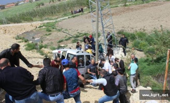 Kamyonet ile Ticari Araç Çarpıştı: 11 Yaralı