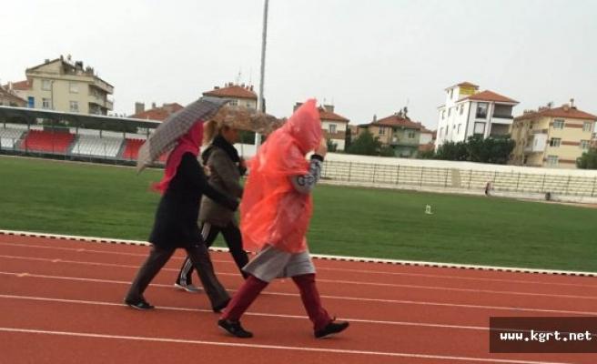 Yağmura Aldırış Etmeden Yürüyüş Yaptılar