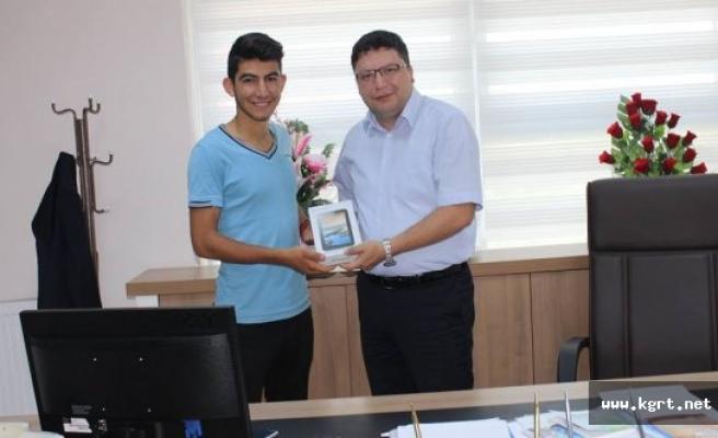 Gençlik Merkezlerini Twitter'da Takip Etti, Hediye Tablet Kazandı
