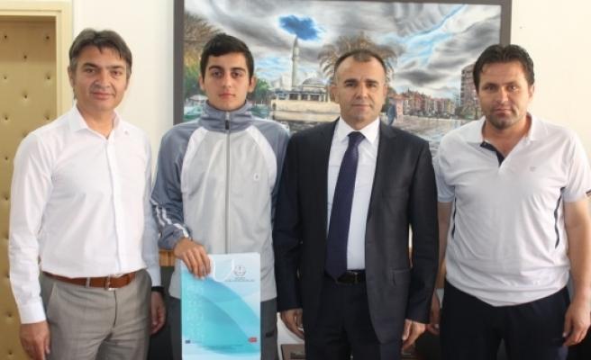 Mümine Hatun Ortaokulu'nun Başarılı Sporcusu Sultanoğlu'nu Ziyaret Etti