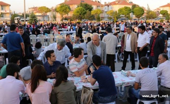 Vatandaşlar Belediyenin İftar Sofrasında Buluşuyor