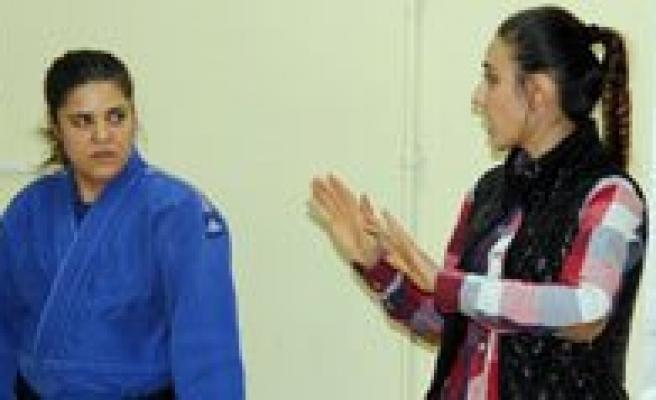 Isitme Engelli 42 Yasindaki Kadin Judocu Basaridan Basariya Kosuyor
