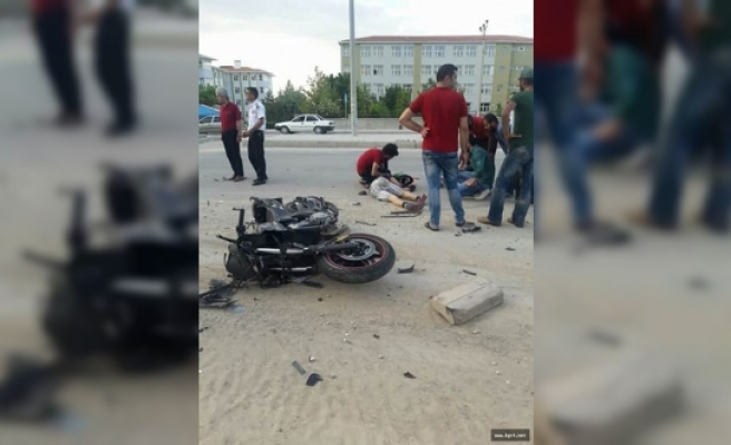 Motosiklet Kamyonete Arkadan Çarptı: 1 Yaralı