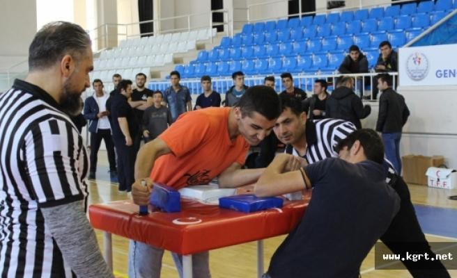 Karaman'da Gençler Bilek Güreşinde Gücünü Gösterdi