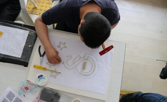 Engelliler Tel Ve Çiviyi Sanata Dönüştürüyor