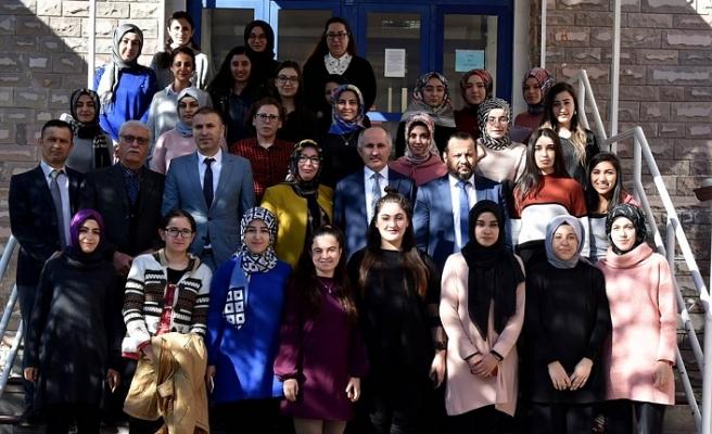 Vali Meral ve Eşi Kız Öğrencilerle Bir Araya Geldi
