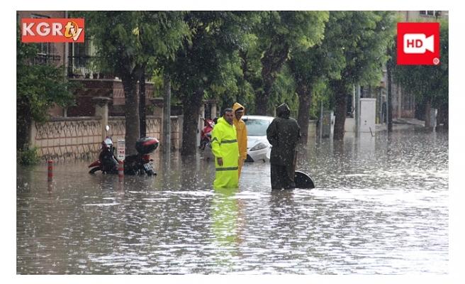 Yağmurda Cadde ve Alt Geçitler Göle Döndü