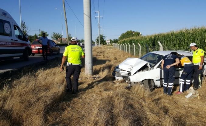 Şarampole İnen Otomobil Elektrik Direğine Çarptı:1 Yaralı